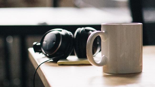 Ein Kopfhörer mit Musik oder Hörspiel. Eine Tasse Tee oder Kaffee. Das ist schön!