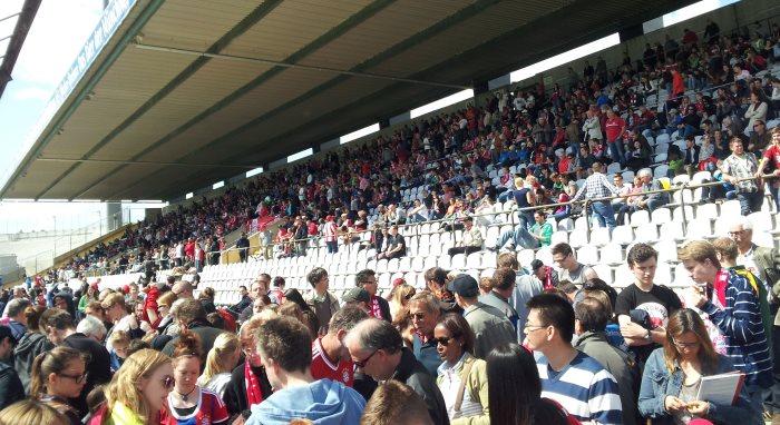 Grünwalder Stadion, 10.5.2015: Die FCB-Frauen feiern die deutsche Meisterschaft vor über 5200 Zuschauern