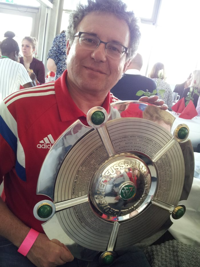 Bernhard Kux mit der Schale: Die FCB-Frauen feiern am 10.5.2015 die deutsche Meisterschaft 2014/15 vor über 5200 Zuschauern