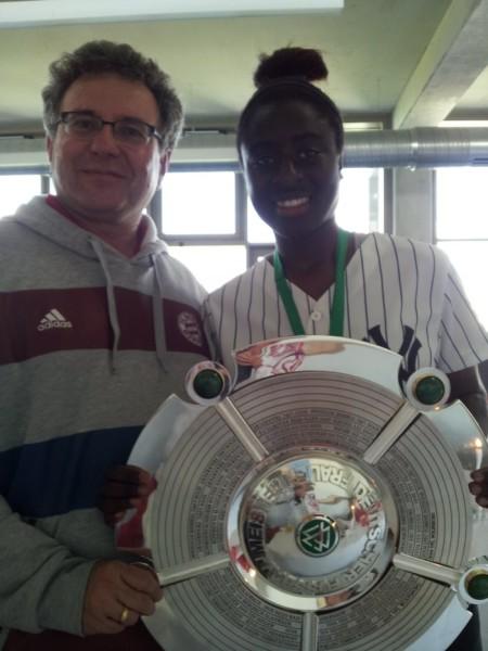 Bernhard Kux und Eunice Beckmann: Die FCB-Frauen feiern die deutsche Meisterschaft 2014/15 vor über 5200 Zuschauern