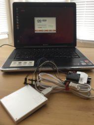 Alles zusammen: Ubuntu-Laptop, Strom per Powerbank und die drei Bauteile für Temperatur/Luftfeuchtigkeit, Feinstaub und die zusammenfassende Platine.