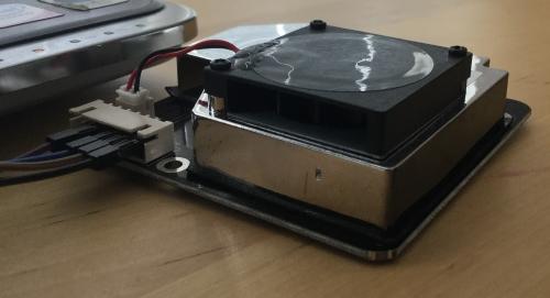 Nova SDS011 Messgerät: Ein Ventilator saugt Luft an, die ein Laser auf Feinstaub untersucht.